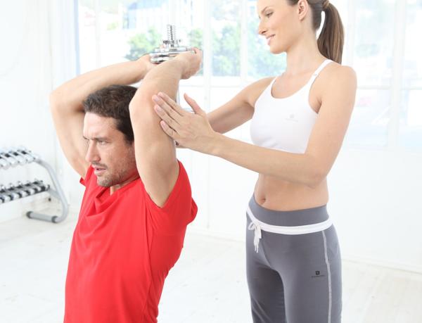 Exercice de musculation avec une haltère